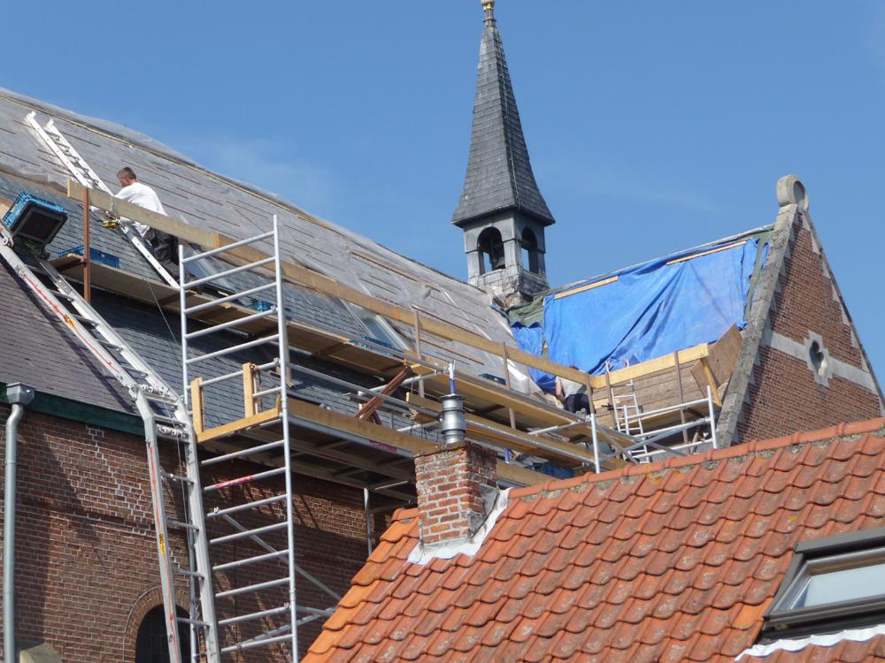 Het vernieuwen van de leitjes in 2010. Plus het zetten van zes dakramen, zodat we op zolder licht krijgen.
