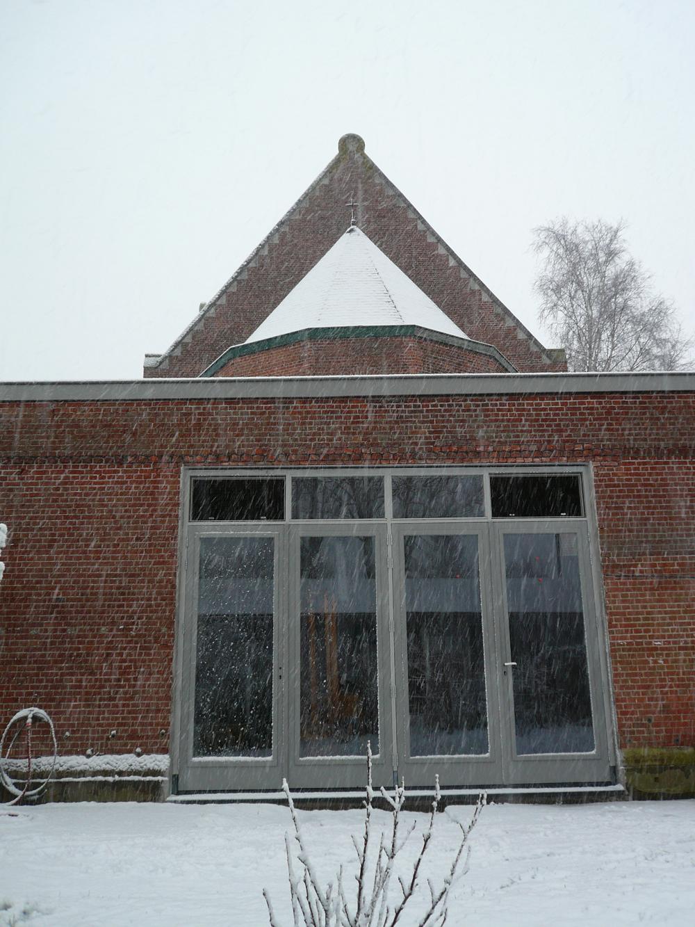 En hier zijn de deuren. Alleen de twee bovenlichtjes ontbreken nog, dus sneeuw in de keuken.