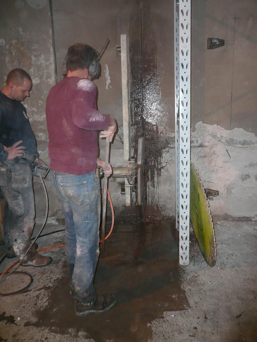 Het inzagen van de 40cm dikke muur, voor de ramen en deuren van de beneden verdieping.