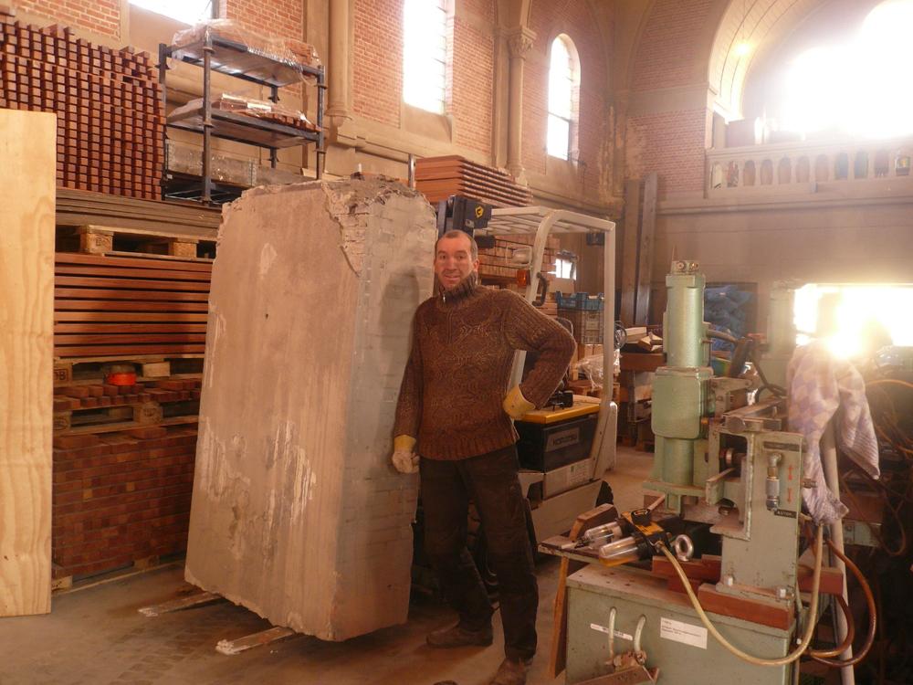 Meinte met een stuk kerkmuur. Hij heeft hem er zelf uitgetrokken met de heftruck. Nu nog een raam plaatsen voordat de winter begint!