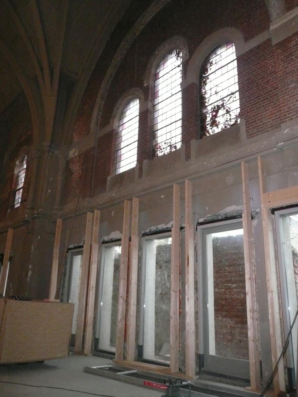 Het begin van de voorzet wanden en de compartimentering van het gebouw.