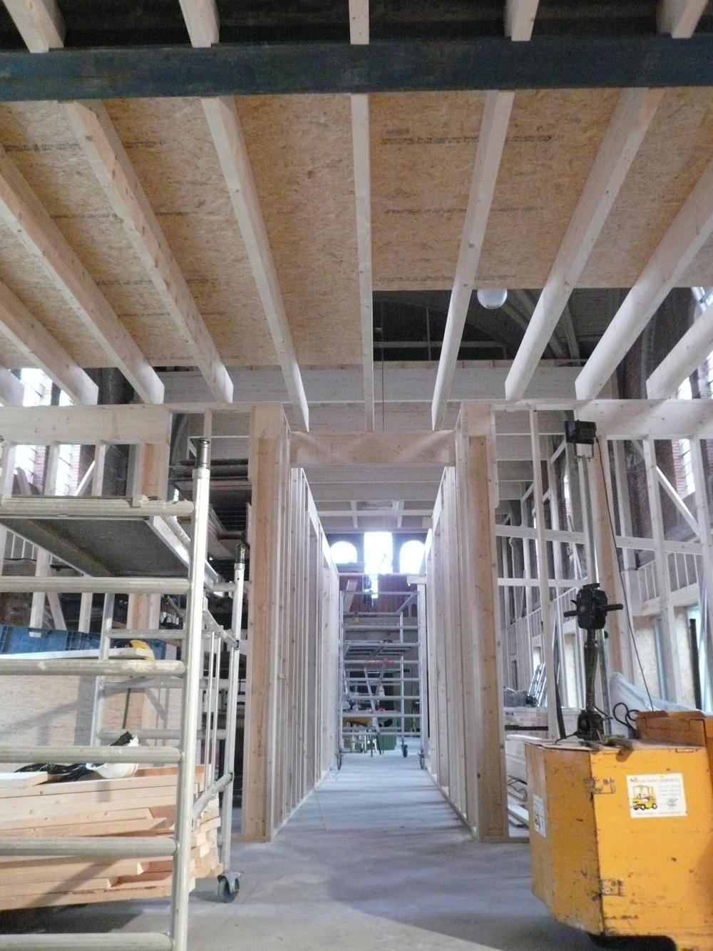 Platen leggen op de eerste verdieping (de ondervloer).