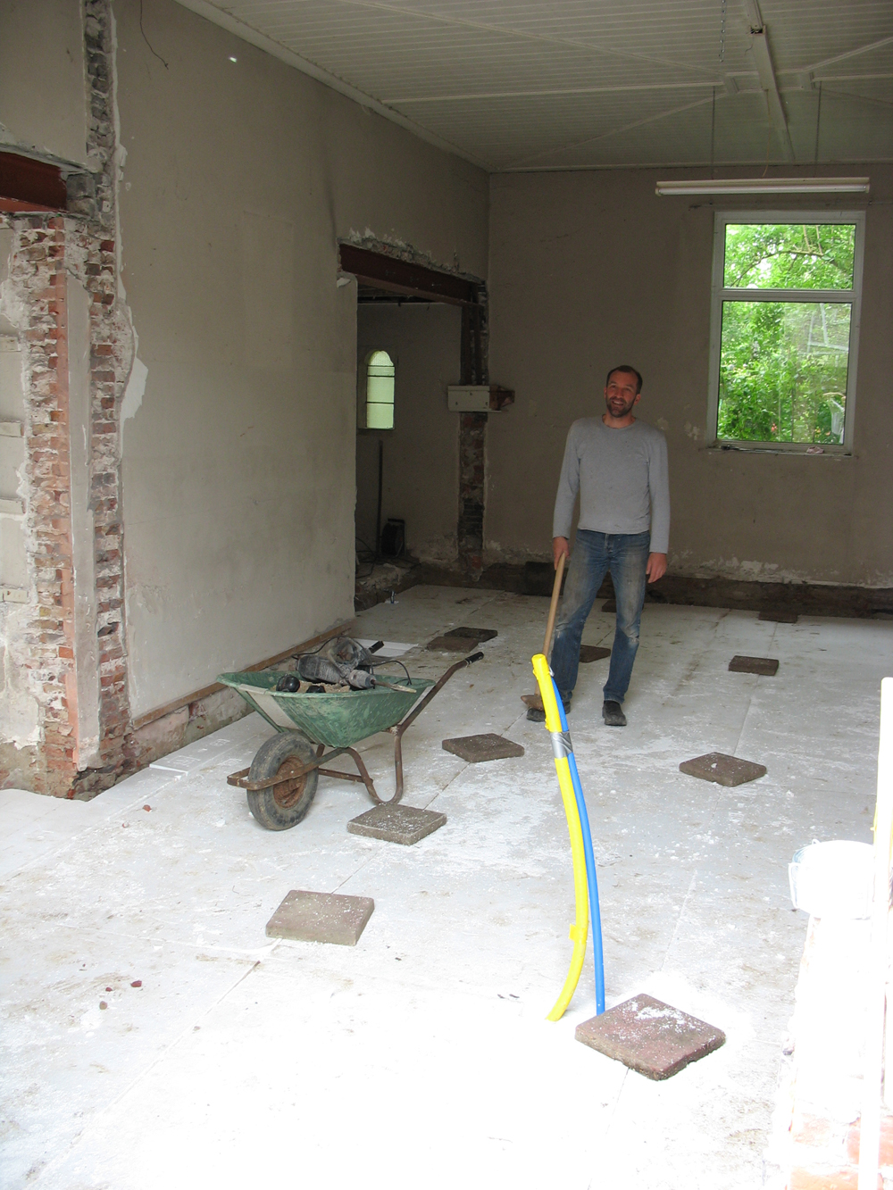 De keuken voor het storten van de vloer.