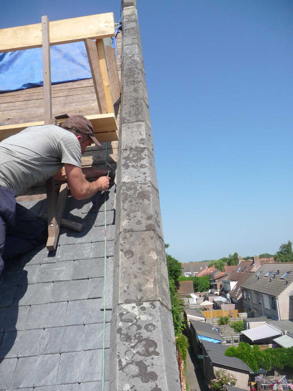 Meinte op het randje van het dak!
