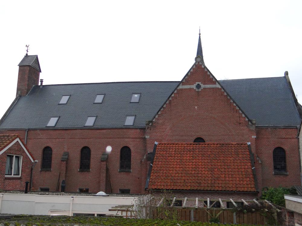 Het dak is klaar. De zes ramen geven uitzicht op de Oosterschelde. Er worden hier twee of drie kamers gemaakt.