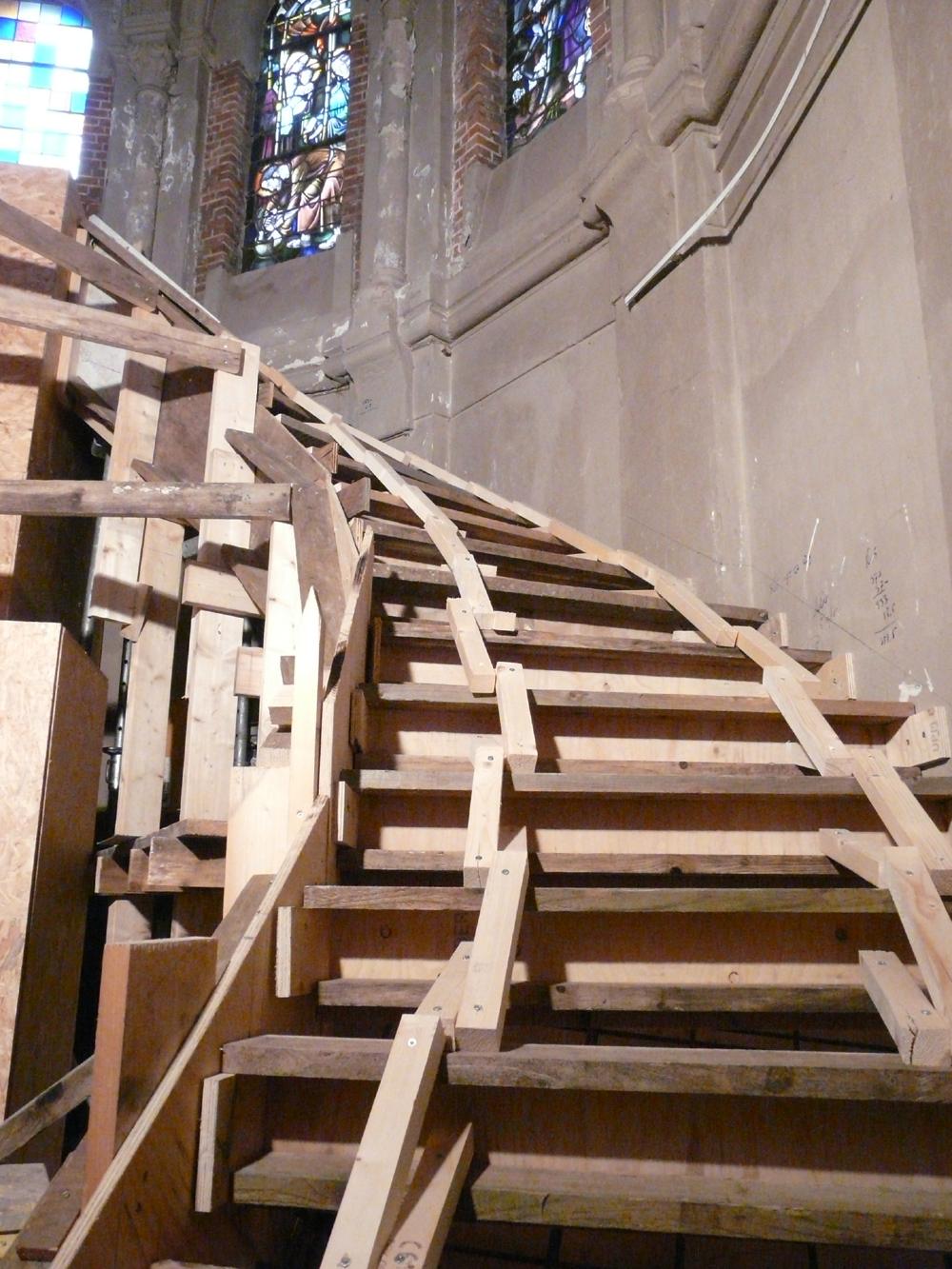 De bekisting is gemaakt voor de kleine trap in de ronding.