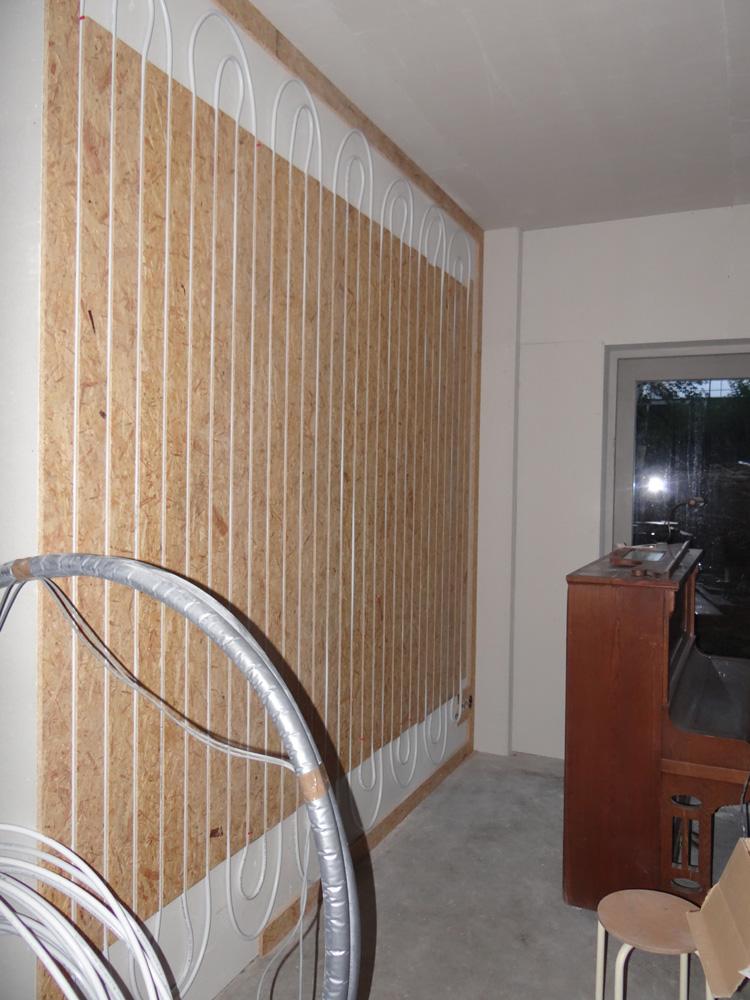 Tegen de eerste laag fermacell, komt de muurverwarming. daar tegenaan komt een tweede laag fermacell.