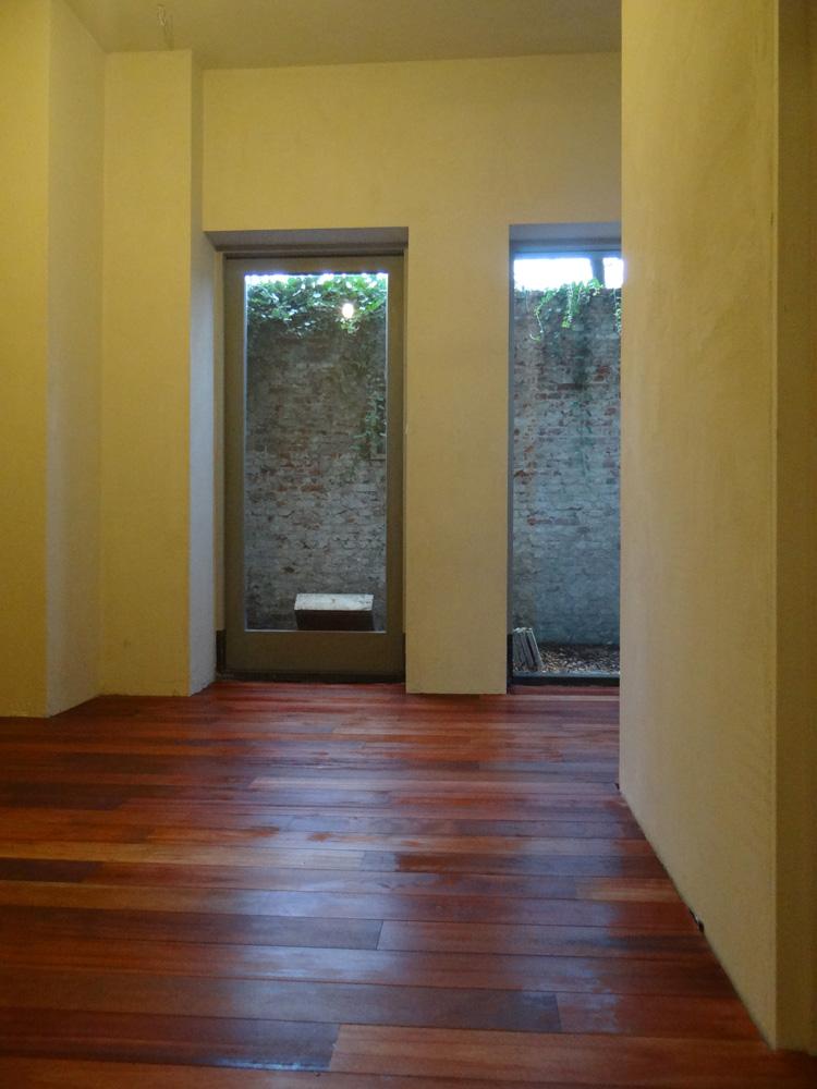 Na het stucen wordt de houten vloer (muirapiranga of ookwel bloedhout). Hier is de vloer net in de olie (Aquamarijn lijnolie).