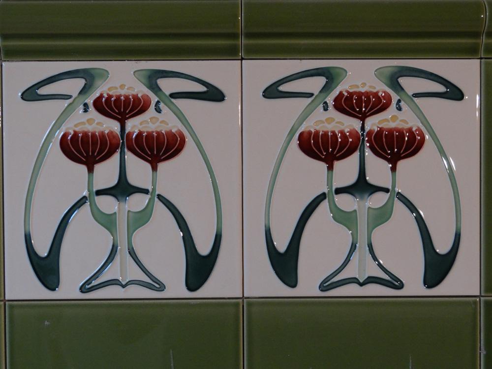 Nieuwe wandtegels uit Engeland. Prachtige Jugendstil bloem in reliëf!