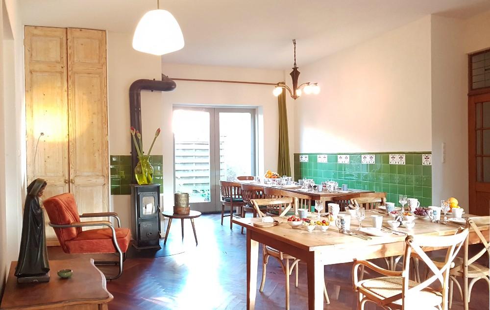 In de ontbijtkamer staat een grote eettafel met twee iets kleinere tafels,  waar onze gasten ook overdag en 's avond kunnen verblijven. Tevens is er gelegenheid om koffie en thee te zetten of om iets fris,  een biertje en een wijntje te drinken.