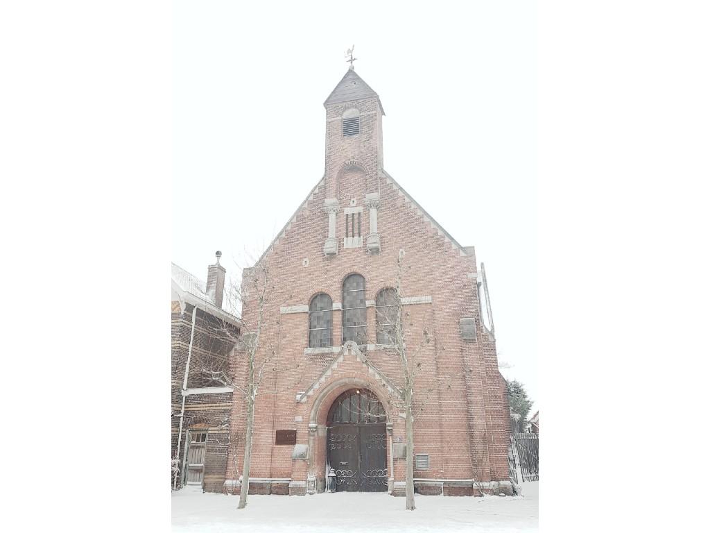 kerk met sneeuw voorkant
