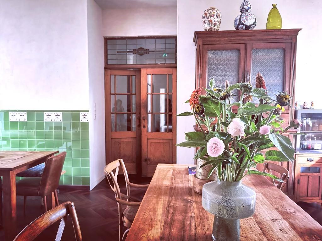 gemeenschappelijke ruimte middentafel met bloemen