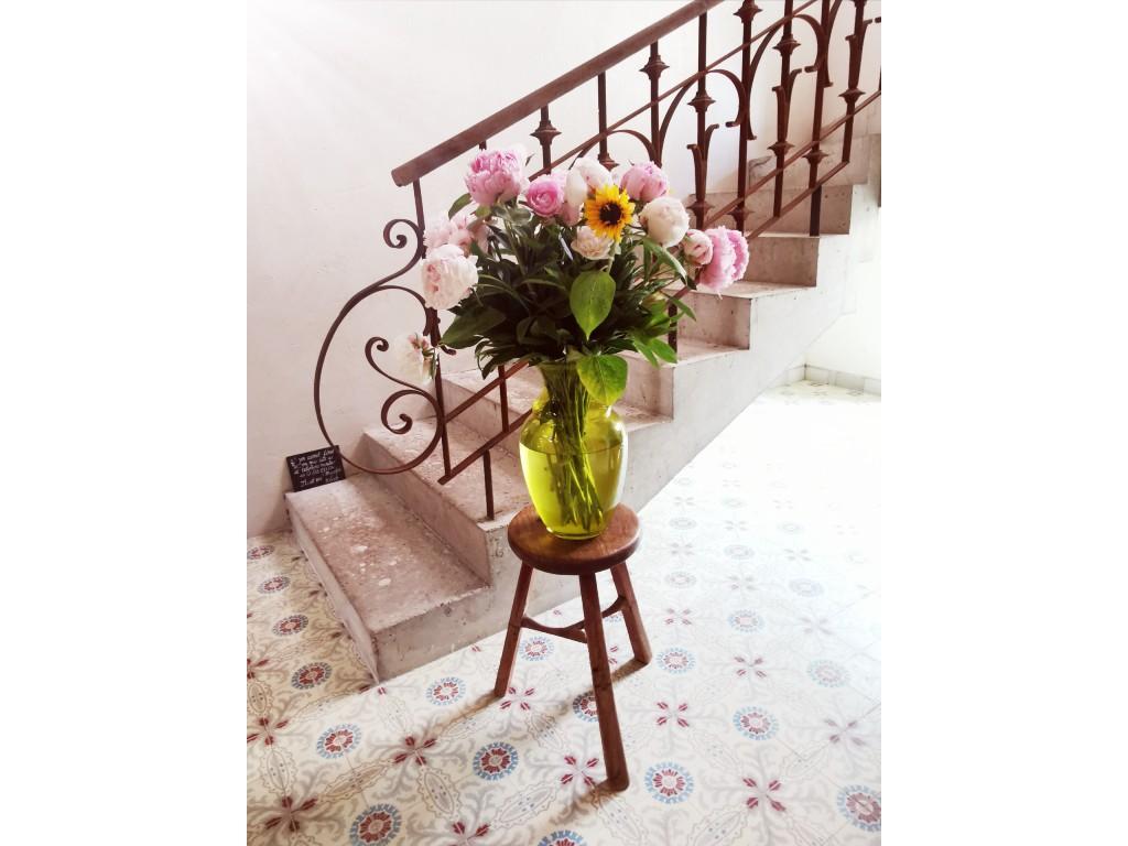 bloemen entreehal met trap