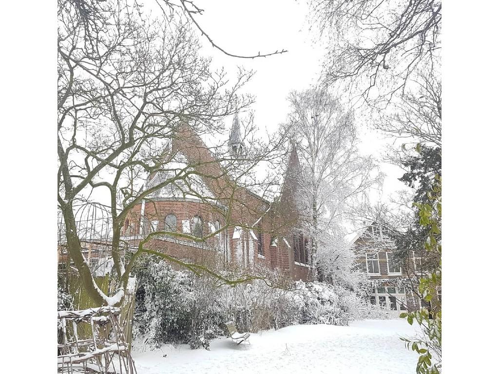 kerk met sneeuw